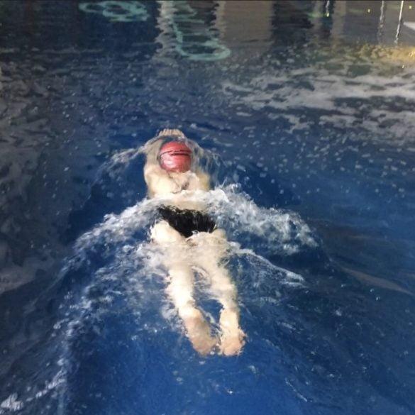 Fajna baba na basenie